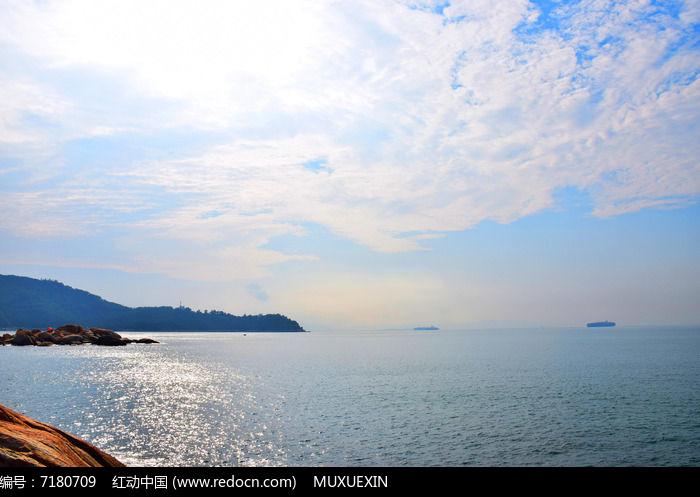 辽阔海洋蓝天白云图片