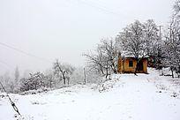 雪天的农村小房子