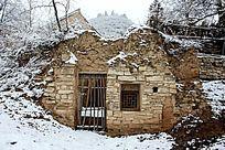 雪天下破落的小院
