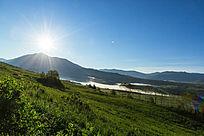 喀纳斯蓝天白云草原风景图