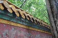 绿树掩映下的古代宫墙琉璃瓦