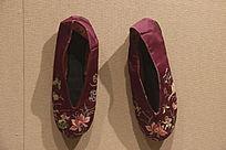 暗紫花草双喜字绣花鞋