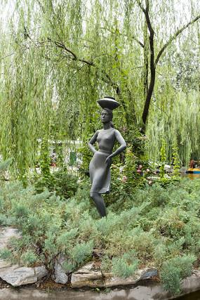 头顶水坛的女子雕塑