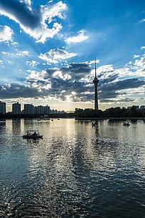 夕阳余晖下的中央电视塔