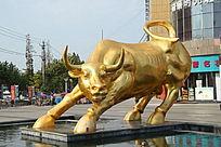 广场上的铜质牛雕塑