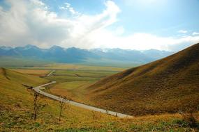 新疆那拉提大草原蜿蜒的山路