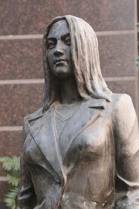 铜雕穿西装少女雕像