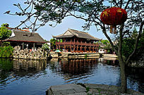 东湖池塘边的仿古建筑
