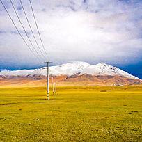 雪山下的大草原