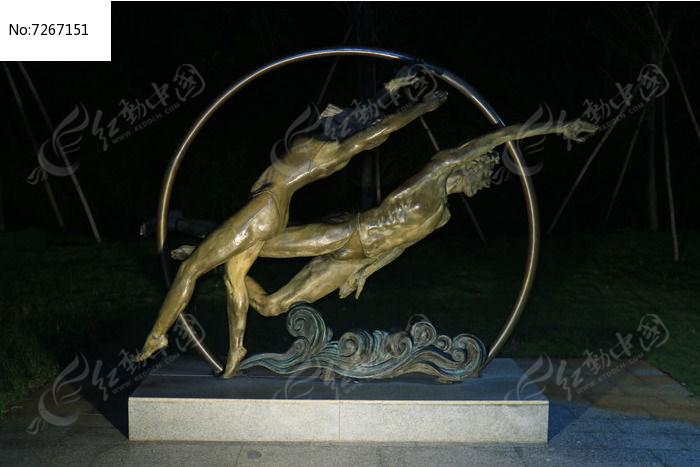 游泳运动员铜像图片
