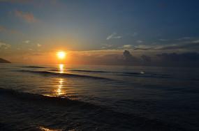 海浪沙滩日出风光图片