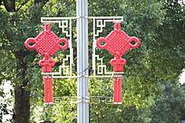 挂架上的红色中国结装饰品