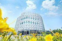 蓝天白云鲜花圆形现代建筑高清大图
