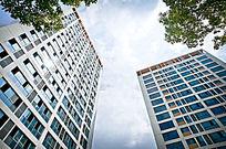 蓝天背景下现代高楼公寓高清大图