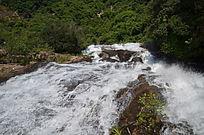 俯拍飞流的瀑布山水风景图片