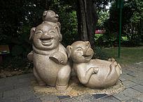 两只小猪雕像