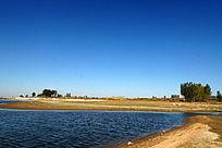 空气清新的蓝色湖泊水岸