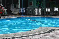 蓝色游泳池