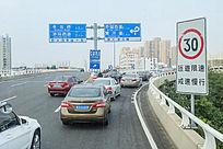 市内交通及行驶的汽车