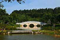 湖泊上的石拱桥风景图片