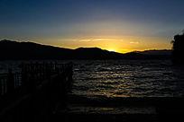 湖面落日余辉图片