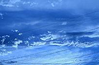 幽蓝的天空浮云图片