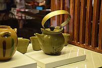 釉绿色陶瓷茶壶摄影图