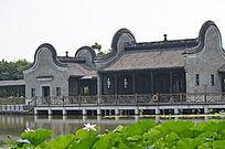 荷塘边的古建筑风景图片