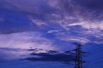 蓝天中紫色的云彩