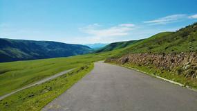 喀拉峻草原上的公路