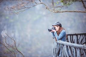 在拍照的女子