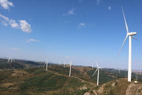 绵延的山脉与电力风车