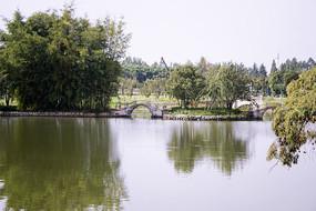 清澈的湖面和小桥