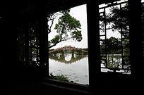 窗外石拱桥横构图