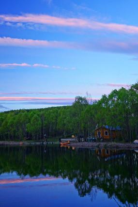 湖泊树林小木屋