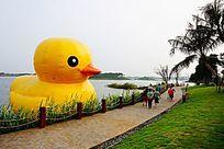 湖面充气鸭子