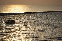 金色海面上渔船出海