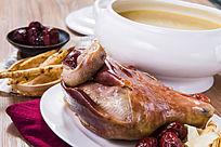 鲜美红枣松茸乳鸽汤