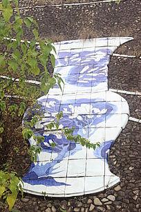 青花花纹长颈瓶壁雕