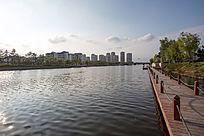 碧波荡漾的城市河流