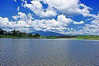 湖泊蓝天白云