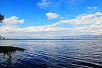 蓝天下的湖泊风光