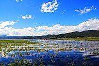 蓝天下的拉海市湖泊