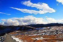 蓝天白云下的雪峰风光