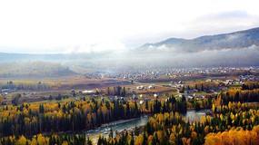 秋天的森林和村庄
