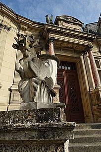 尚蒂伊城堡雕塑与门