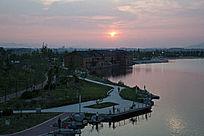 夕阳中的城市人工湖