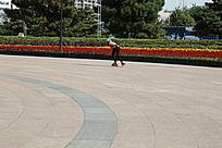 广场上滑轮滑
