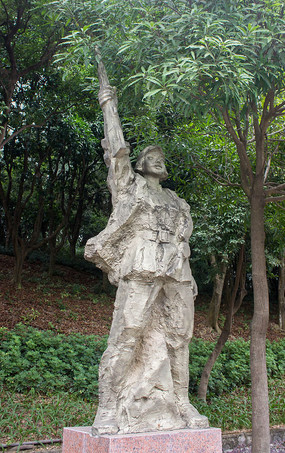 举枪女战士雕像