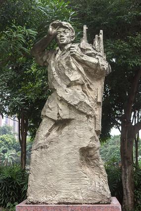 扛枪袋战士雕像